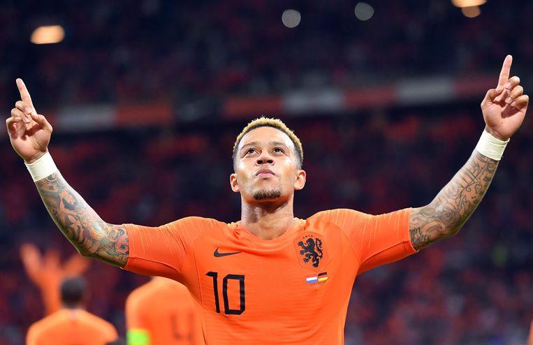 Memphis Depay viert een doelpunt in de interland tegen Duitsland, vorig jaar oktober. Beeld AFP