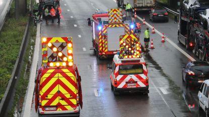 Twee voertuigen betrokken bij aanrijding op E40, bestuurder komt tegen middenberm terecht