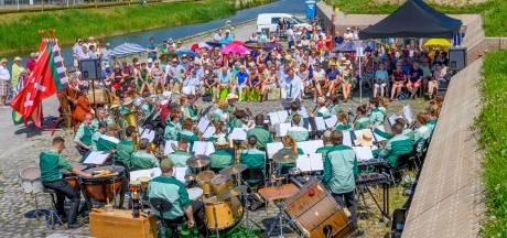 Publiek geniet van concert Concordia bij opgeknapte Waterschans