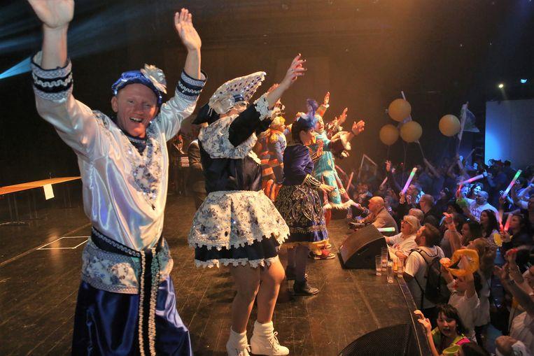 De kandidaat-koppels bouwen even samen een feestje op het podium tijdens de Prinsenverkiezing.