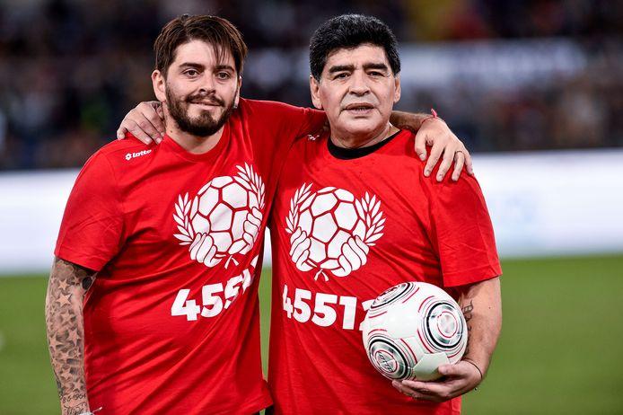 Diego Armando Maradona en zijn zoon Diego Junior in de 'Wedstrijd voor Vrede' in Rome op 12 oktober 2016. Twee maanden eerder was pas de eerste ontmoeting tussen vader en zoon in Buenos Aires.