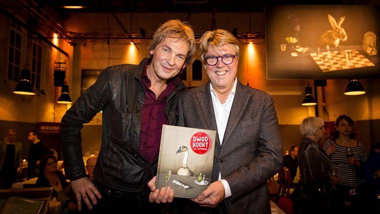 Matthijs van Nieuwkerk en Robert Kranenborg tijdens de opening van het DWDD Pop-Up restaurant en de presentatie van het kookboek: 'Koken met Kranenborg'. Beeld anp