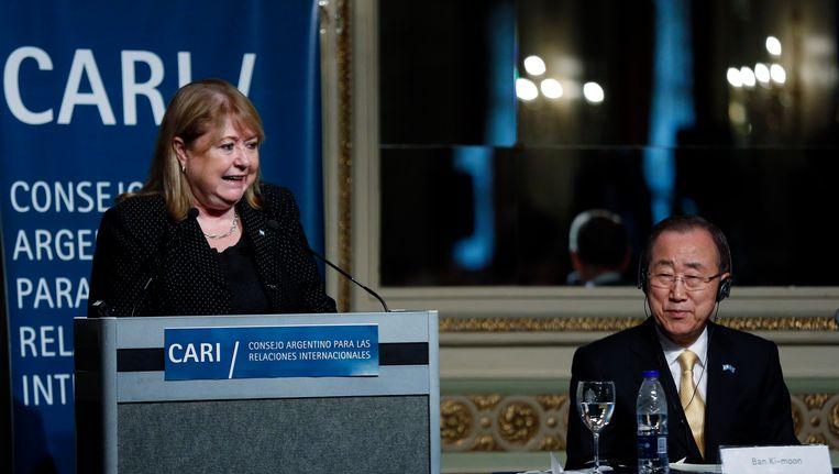 Susana Malcorra is kandidate, VN-secretaris-generaal Ban ki-Moon luistert instemmend toe. Beeld AP