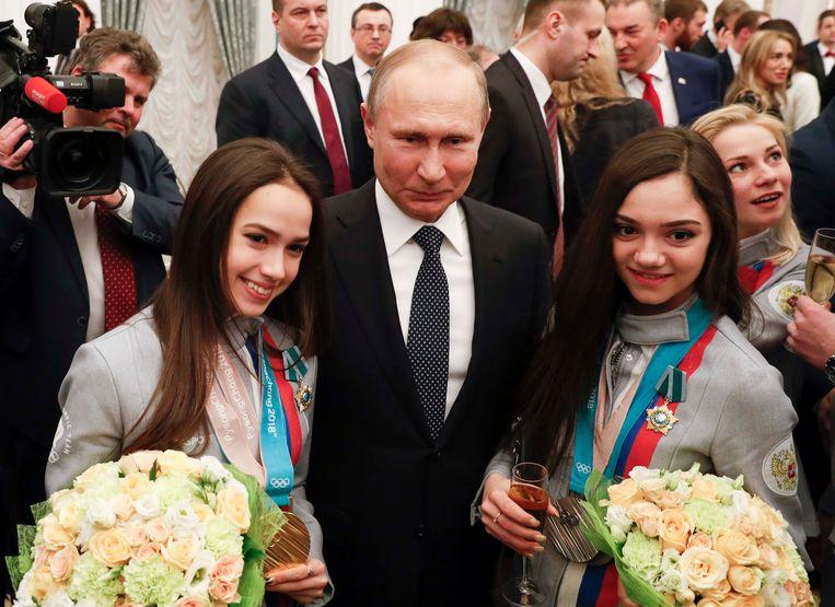 De Russische president Poetin met kunstschaatssters Alina Zagitova (links) en Evgenia Medvedeva die in Moskou gehuldigd werden voor hun prestaties op de Spelen in Pyeongchang. Beeld Reuters