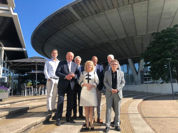 De Evoluon Eindhoven Foundation met (vlnr) mede-eigenaar Lee Foolen, voorzitter Jan Mengelers, Geert Hurks, Elies Lemkes-Straver, Peter Notten, Marc Hendrikse en Jos Stuyfzand.
