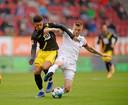 Augsbur-aanvoerder Jeffrey Gouweleeuw (r) verovert de bal in duel met Dortmunds Jadon Sancho.
