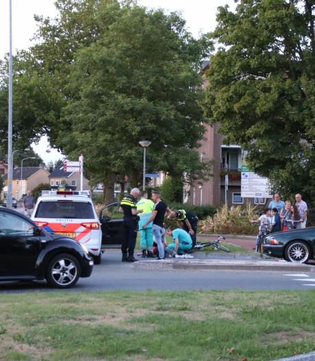 Fietsster geschept door auto op rotonde in Nijkerk