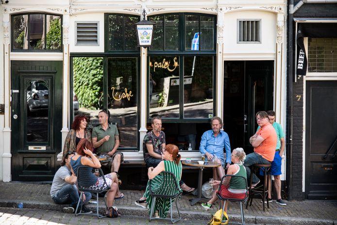 Zelfs café 't Paleis in de Nijmeegse benedenstad heeft nu tijdelijk een terras(je) op de smalle stoep voor de deur.