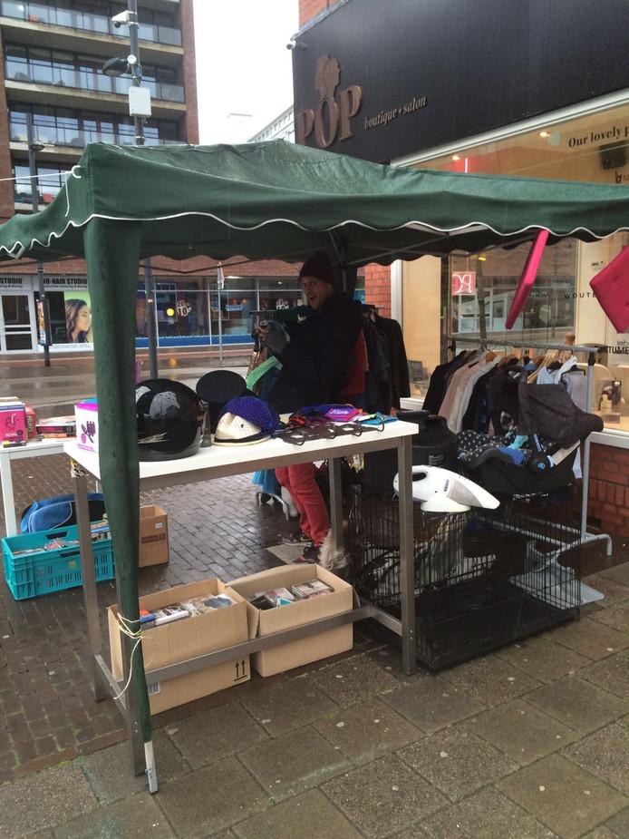 De eerste verkopers op de vrijmarkt op het Wilhelminaplein/Willemstraat verkopen, naar eigen zeggen, al goed (07.30 uur).