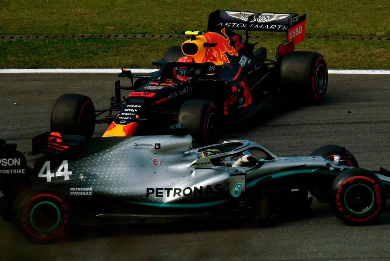 Lewis Hamilton tikt Alexander Albon aan