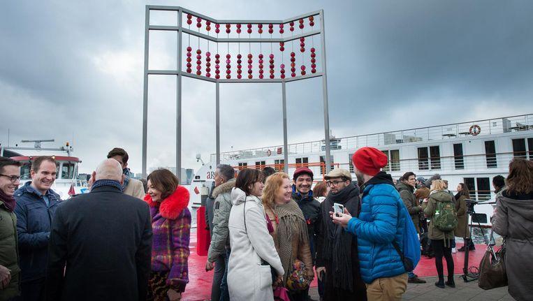 De onthulling van het monument, een ontwerp van de Franse kunstenaar Jean-Michel Othoniel, had plaats op Wereld Aids Dag. Beeld Mats van Soolingen