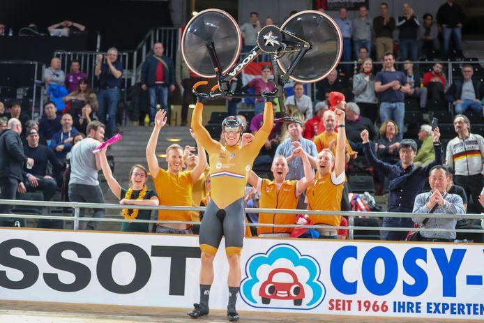 Jeffrey Hoogland viert het WK-goud na de winnende teamsprint. Achter de Nijverdaller staat zijn familie.