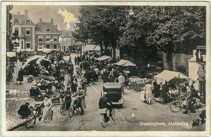 De markt was voor de oorlog ook op wat tegenwoordig het Simonsplein is, zoals te zien op deze ansichtkaart uit september 1939.