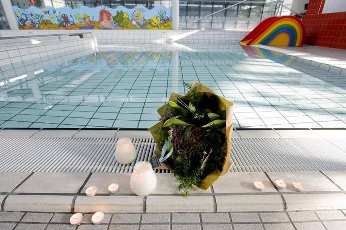Bloemen bij het zwembad in de Reeshof, waar het drama zich in 2011 afspeelde.