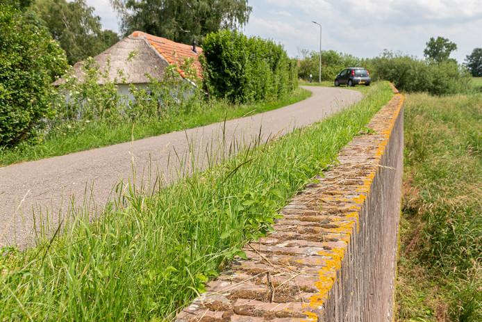 De te verstevigen Stenendijk ter hoogte van huisnummer 8, de woning die volgens bewoonster Harriët Visser in de dijk staat.