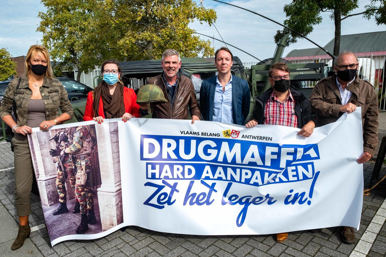 Filip Dewinter, Anke Van dermeersch en Sam van Rooy leggen de Vlaams Belang-eisen op tafel voor een keiharde aanpak van het drugsgeweld in Antwerpen. Ze willen onder meer de inzet van militairen.
