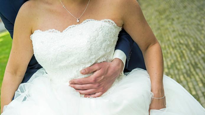 Een bruid en bruidegom tijdens de huwelijksvoltrekking