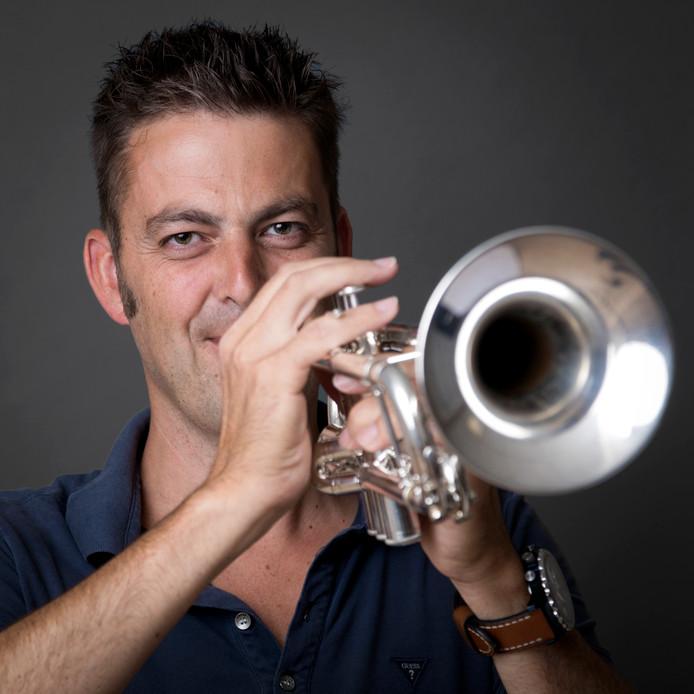 Trompetist en leider van het orkest Maarten Termeer van orkest de Kromploegers.