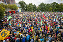Deelnemers aan de klimaatstaking voor het Centraal Station in Den Haag.
