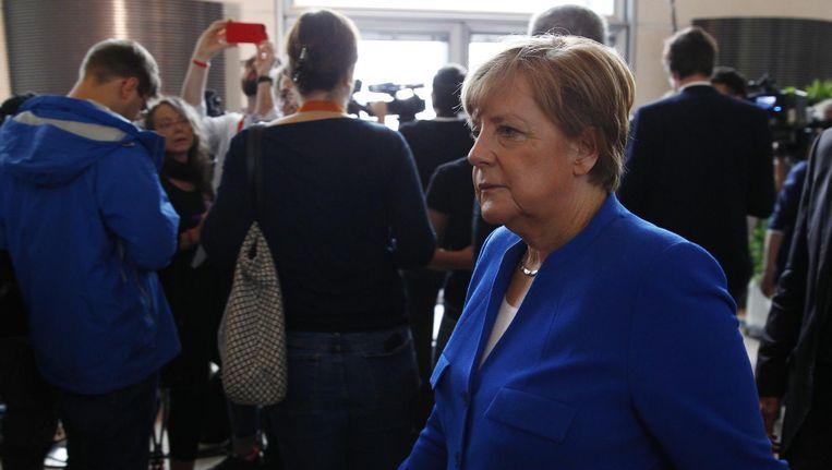Angela Merkel loopt weg na een persconferentie over de aanvaarding door het Duitse parlement van het homohuwelijk, 30 juni. Beeld getty