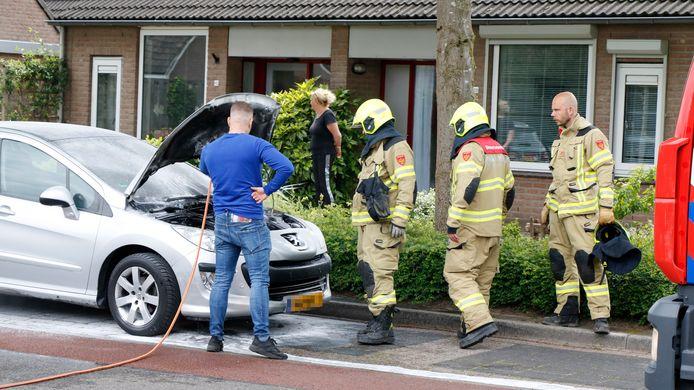 De brandweer ter plaatse in Westervoort bij de autobrand.