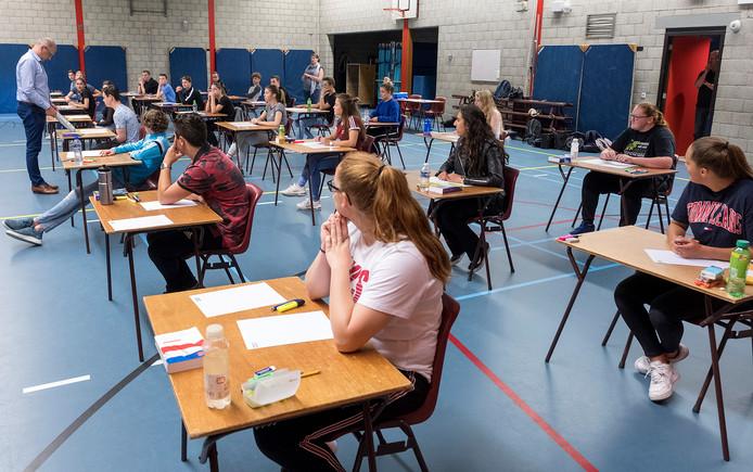 Scholieren zitten klaar voor het examen