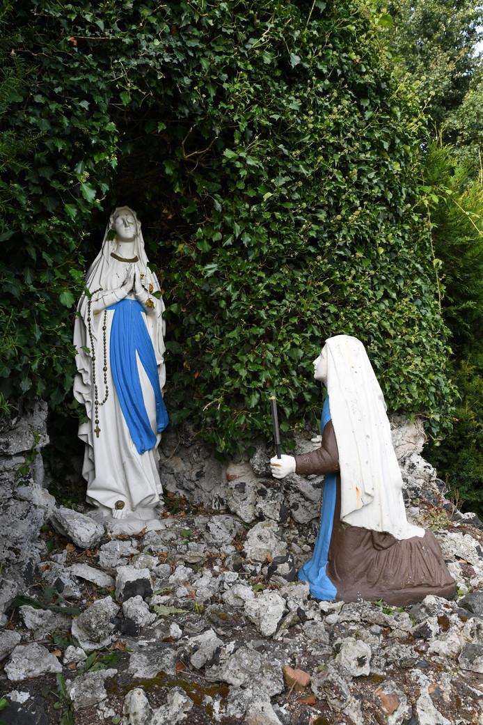 Lourdesgrot achter het door de zusters van Liefde verlaten klooster Stanislaus te Moergestel.