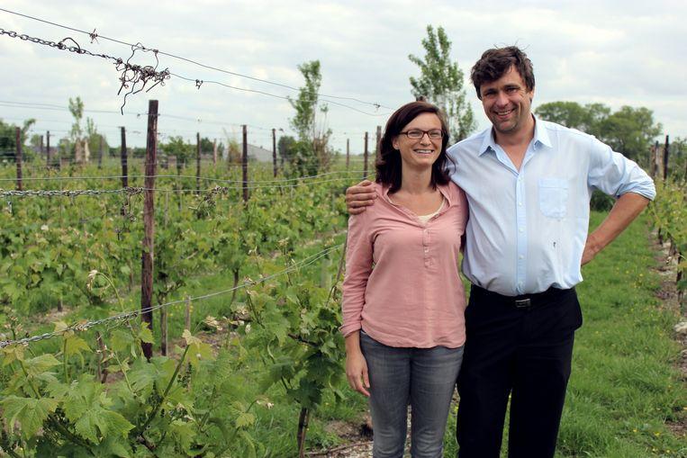 Daphne Van den Bussche en Emmanuel Audenaert in hun wijngaard in Schuiferskapelle.
