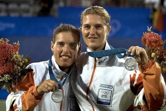 Miriam Oremans (L) en Kristie Boogert tijdens de Olympische Spelen in Sydney in het vrouwendubbelspel.