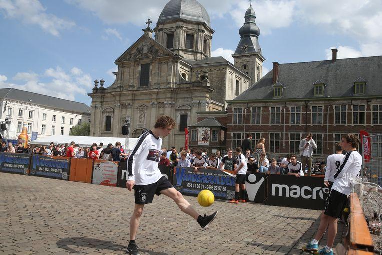 Voetballen met uitzicht op de Sint-Pietersabdij: het kan slechter.