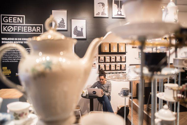 In de Geen Koffiebar in Amsterdam kun je alles krijgen behalve koffie. Met deze pop-up koffiebar wil goed doel Solidaridad aandacht vragen voor de mogelijke verdwijning van koffie als gevolg van klimaatverandering.