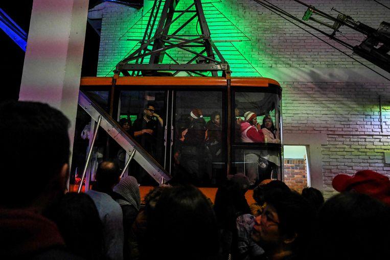 Toeristen in een kabellift op de Monserrate twee dagen geleden.