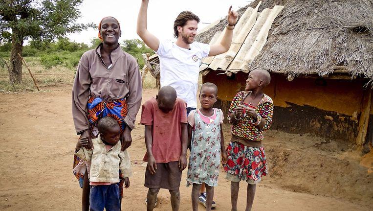 Thomas van der Vlugt van StukTV verblijft een aantal dagen bij een familie in Zimbabwe. Beeld anp