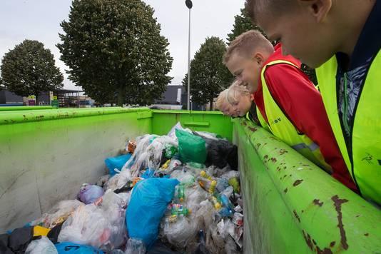 Tijdens de rondleiding op het milieubrengstation wordt er ook een blik geworpen in de grote afvalcontainers.
