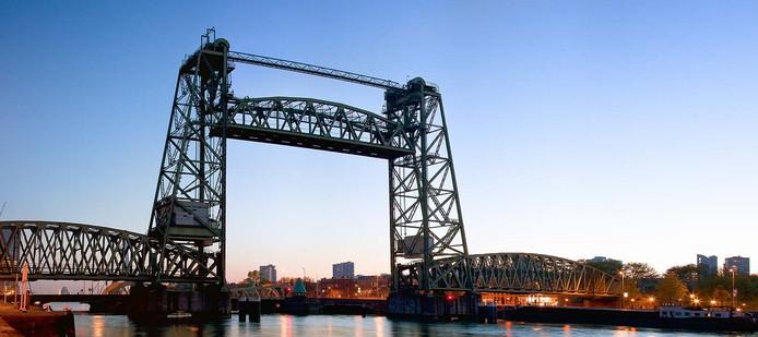 De Koningshavenbrug in Rotterdam of 'De Hef' wordt door Zeeuwen gerestaureerd.