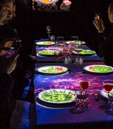 'Pratende' borden bij dinnershow Hoshena in Hotel New York