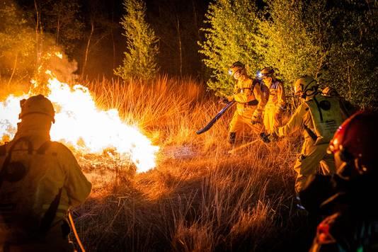 In de nacht van maandag op dinsdag is een specialistisch team uit Overijssel bezig geweest om het vuur te bestrijden.