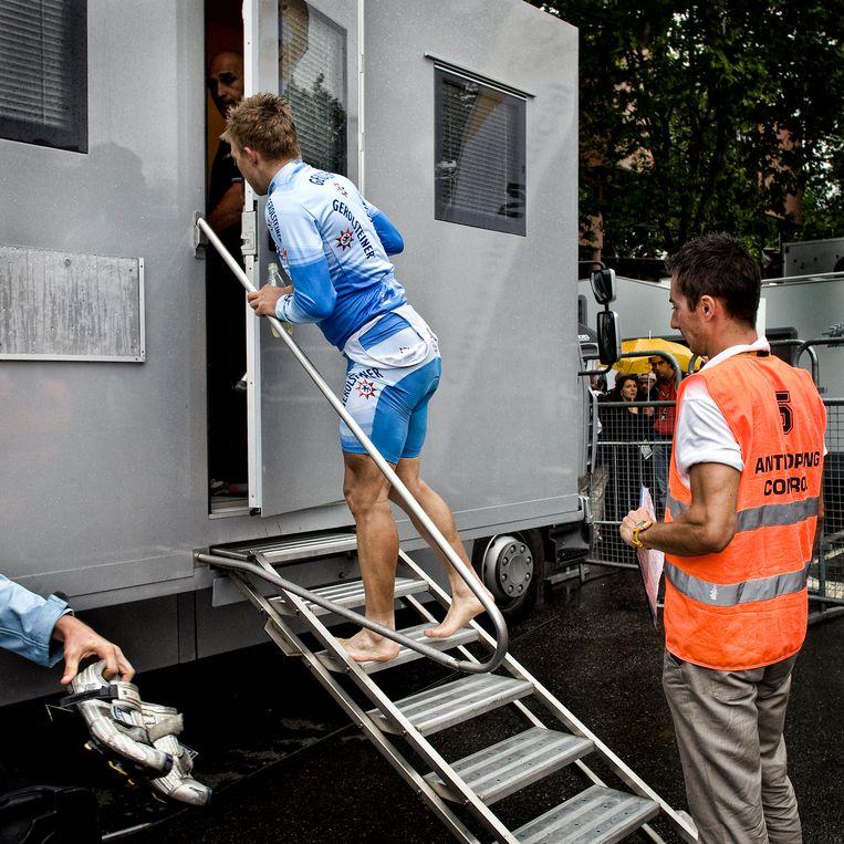Wielrenners moeten bij dopingcontroles na een wedstrijd onder strenge begeleiding hun urine inleveren. Beeld Hollandse Hoogte / Patrick Post