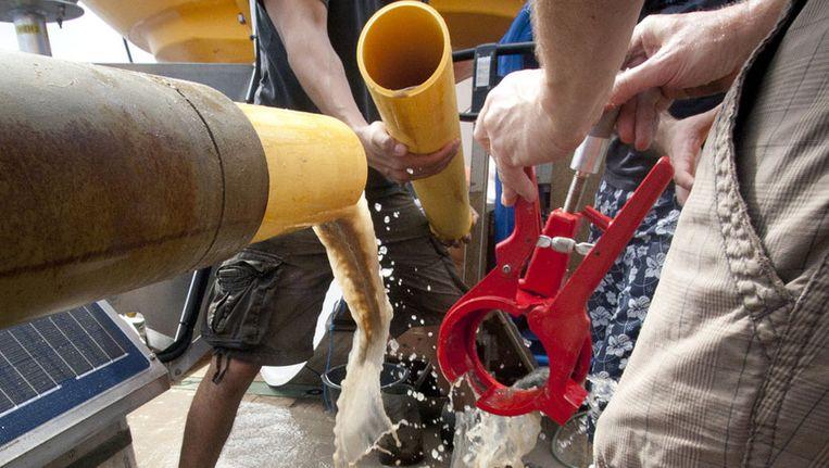 Ditmaal stroomt er water uit de cilinder van de piston core. Beeld Ronald Veldhuizen