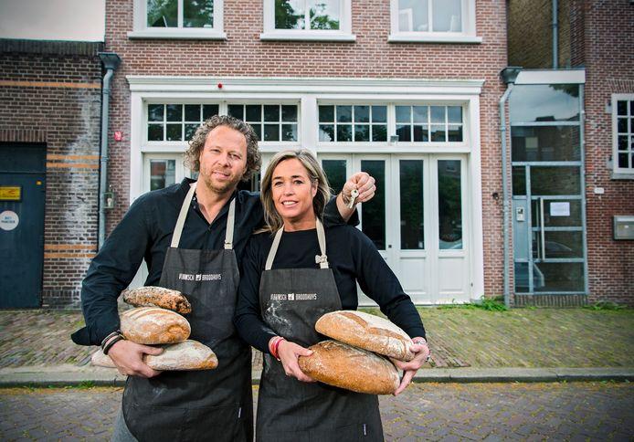 Eigenaar Dimitri Roels en zijn vrouw Diante van het Vlaamsch Broodhuys in 2016 bij het pand in Schiedam.