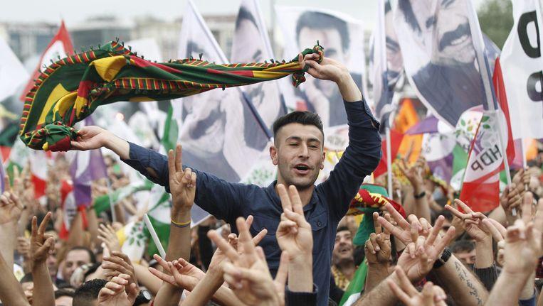 Aanhangers van de HDP met posters van Öcalan, 8 juni. Beeld EPA