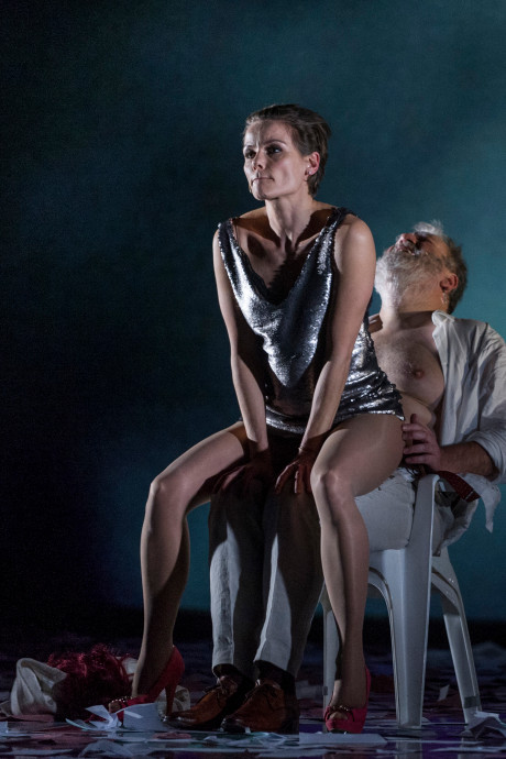 Angela Schijf speelt 'mooiste meisje' én  een sexy been in Parktheater Eindhoven