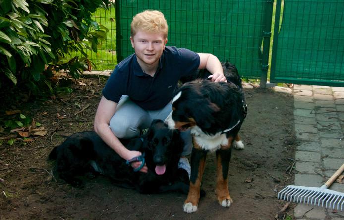 Anthony Allison samen met zijn twee honden, Piper en Diesel.