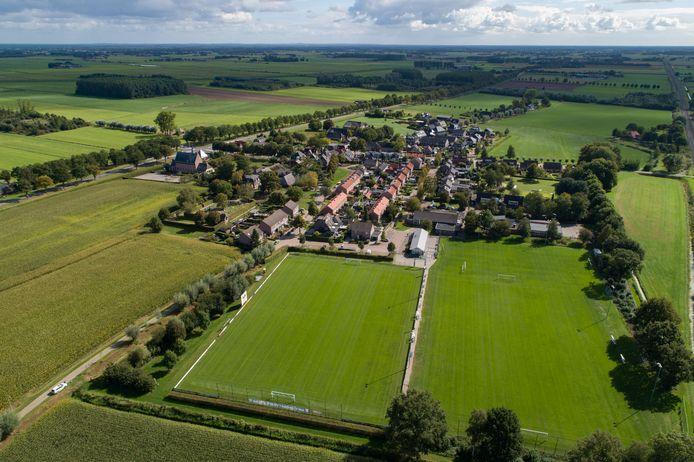 Windesheim vanuit de lucht. Met aan de rand van het dorp de voetbalvelden van VSW.