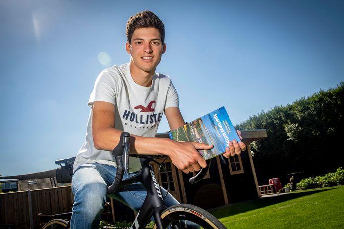 Wielrenner Wout van Elzakker probeert nu zijn studie aan het Johan Cruyff College af te maken.