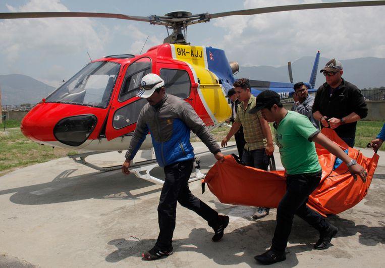 Het lichaam van de Nederlandse bergbeklimmer wordt naar een ziekenhuis in Kathmandu gebracht.