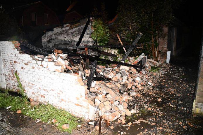 Veel schade na een brand in een garage in IJzendijke.