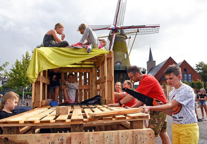 Quinten (rechts) helpt zijn vader Patrick de Koning bij de Speelweek in Hoek.