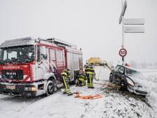 Automobilist overvallen door hevige sneeuwval, glijdt bijna talud af