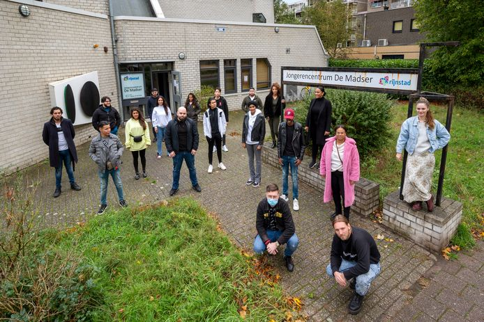 'Red de Madser'. Een aantal jongerenwerkers dreigt bij jongerencentrum De Madser te verdwijnen. Vrijwilligers en jongeren zijn een campagne gestart om dat te voorkomen.